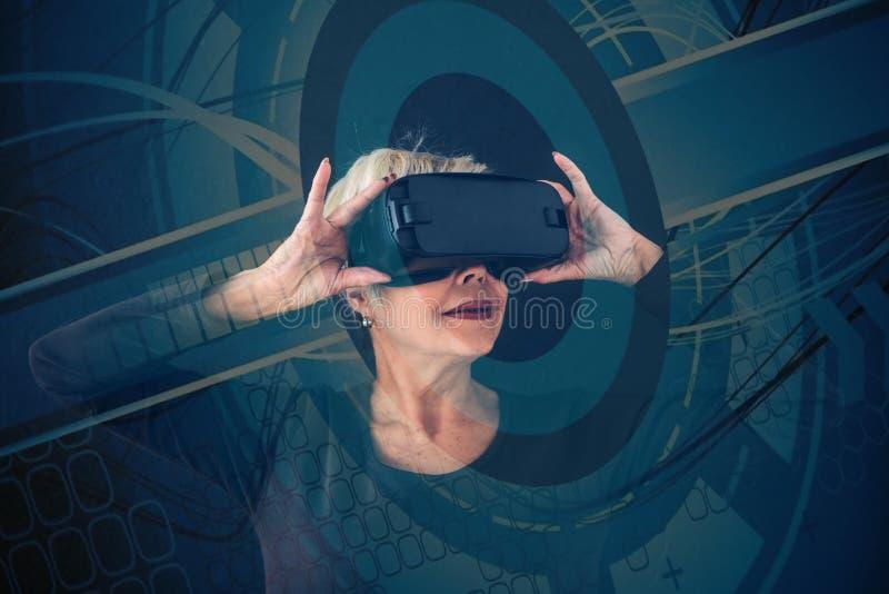 Starsza kobieta w rzeczywistość wirtualna szkłach Z wizualnymi skutkami Starsza osoba używa nowożytną technologię fotografia stock