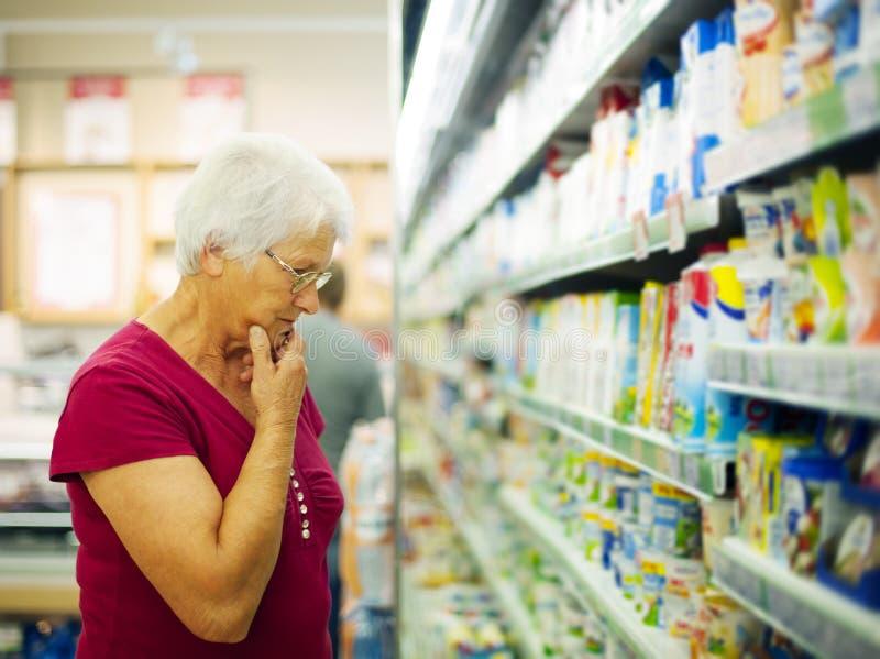 Starsza kobieta w sklepu spożywczy sklepie obraz royalty free