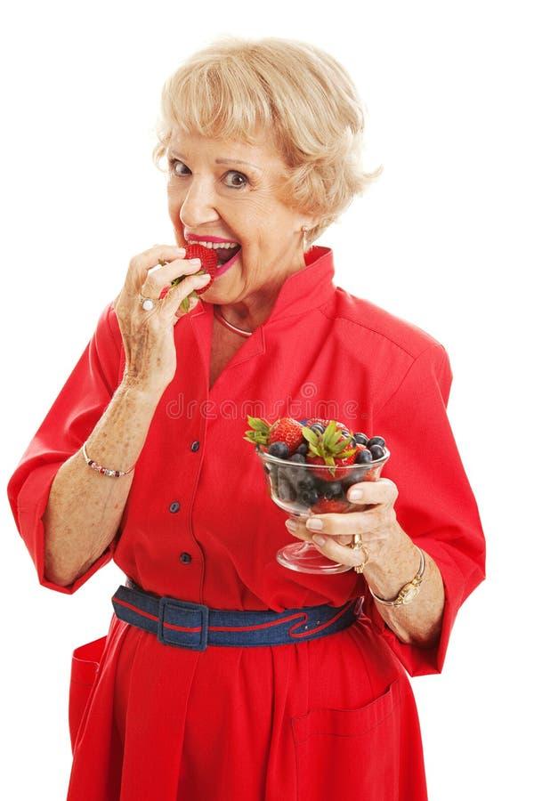 Starsza kobieta - Wyśmienicie jagody obrazy royalty free