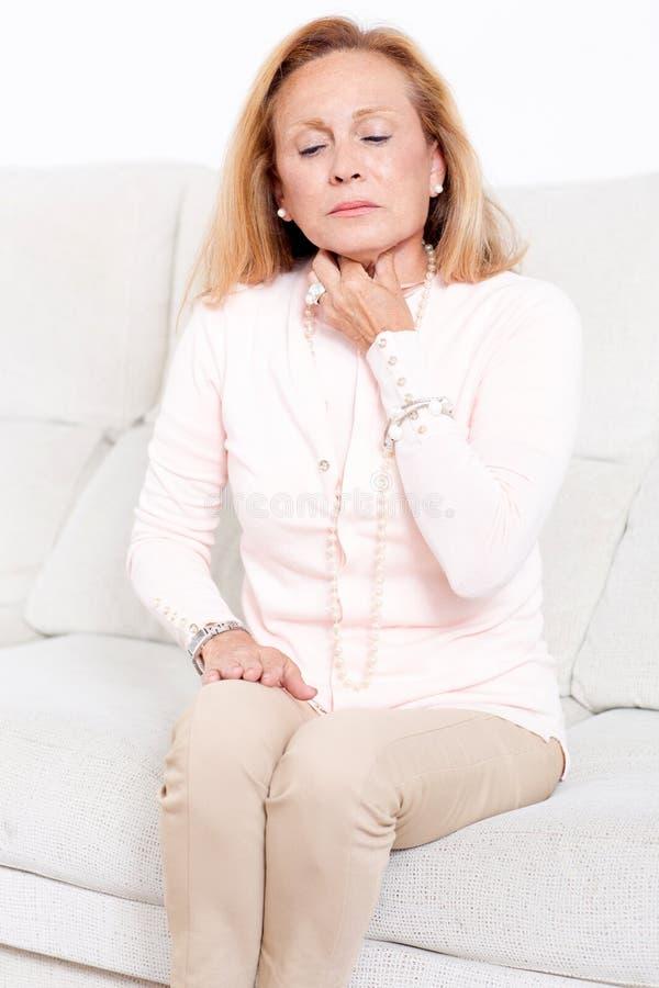 Starsza kobieta z bolesnym gardłem zdjęcie royalty free