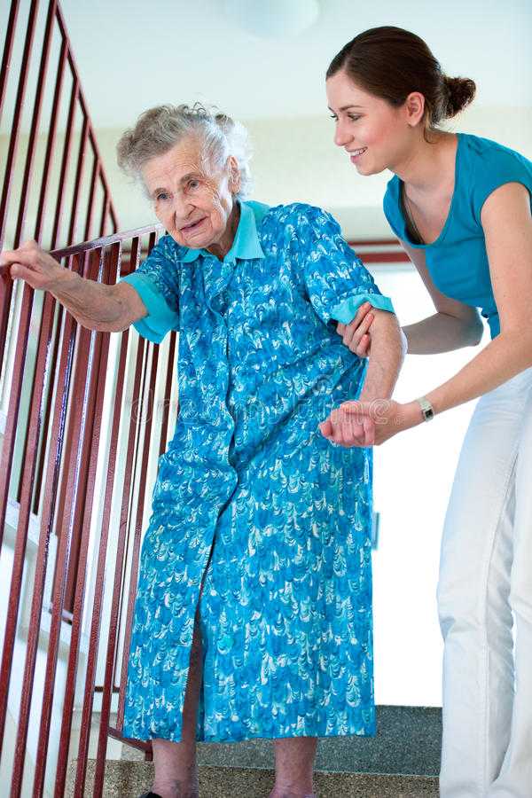 Starsza kobieta z domowym opiekunem obraz stock