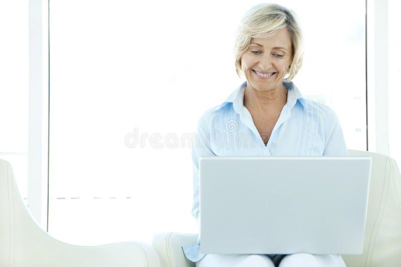 starsza kobieta z laptopa zdjęcie royalty free