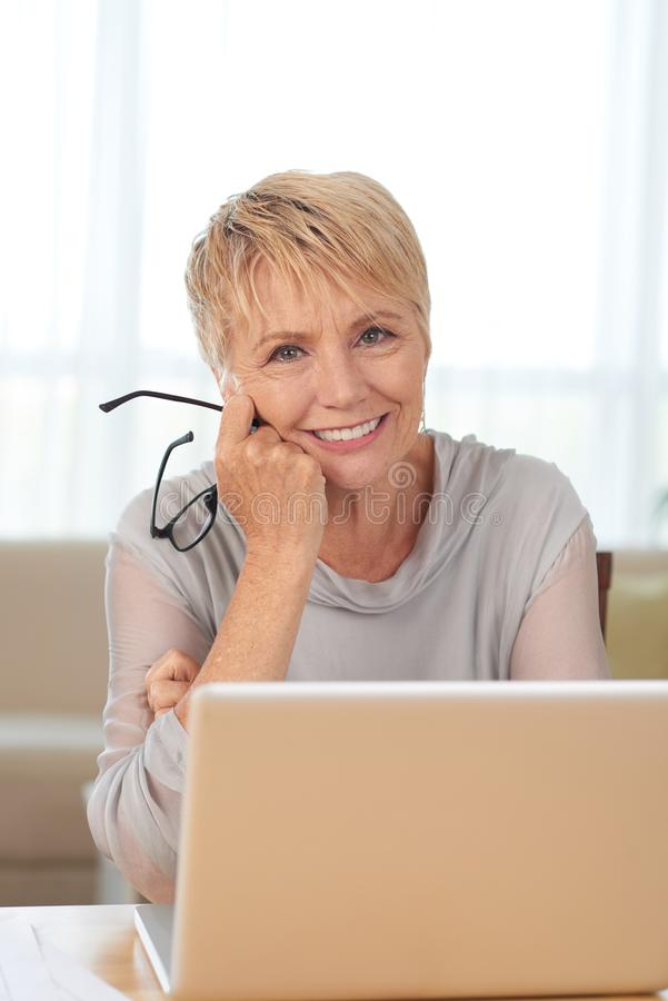 starsza kobieta z laptopa obrazy stock