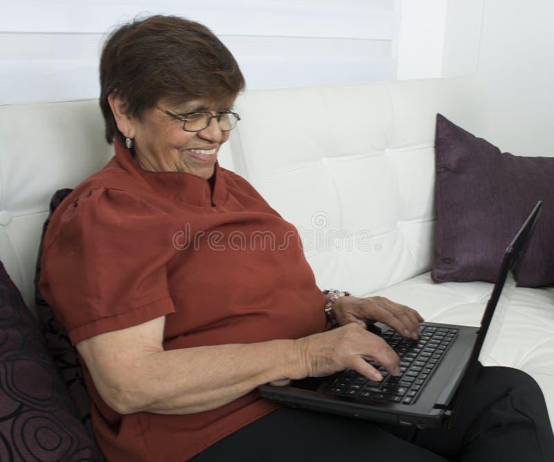 Starsza kobieta z laptopem zdjęcia royalty free