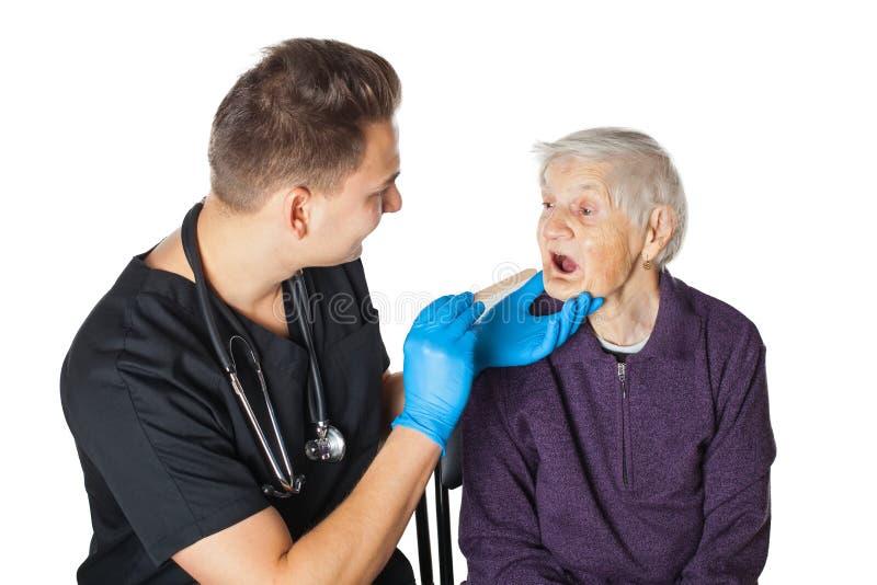 Starsza kobieta z lekarzem na odosobnionym obraz royalty free
