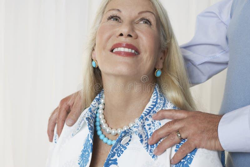 Starsza kobieta Z mężczyzna rękami Na ramionach zdjęcia royalty free