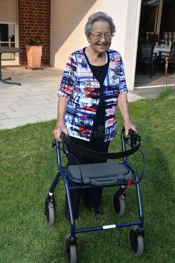 Starsza kobieta z odprowadzenie pomocą zdjęcie royalty free
