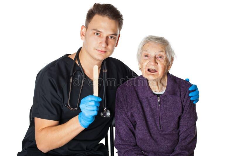 Starsza kobieta z opiekunem na odosobnionym obrazy stock
