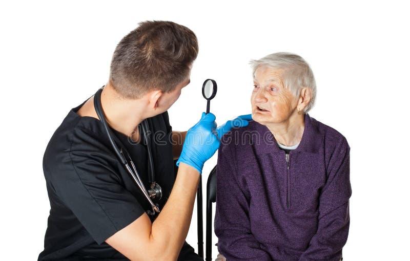 Starsza kobieta z opiekunem na odosobnionym zdjęcie stock