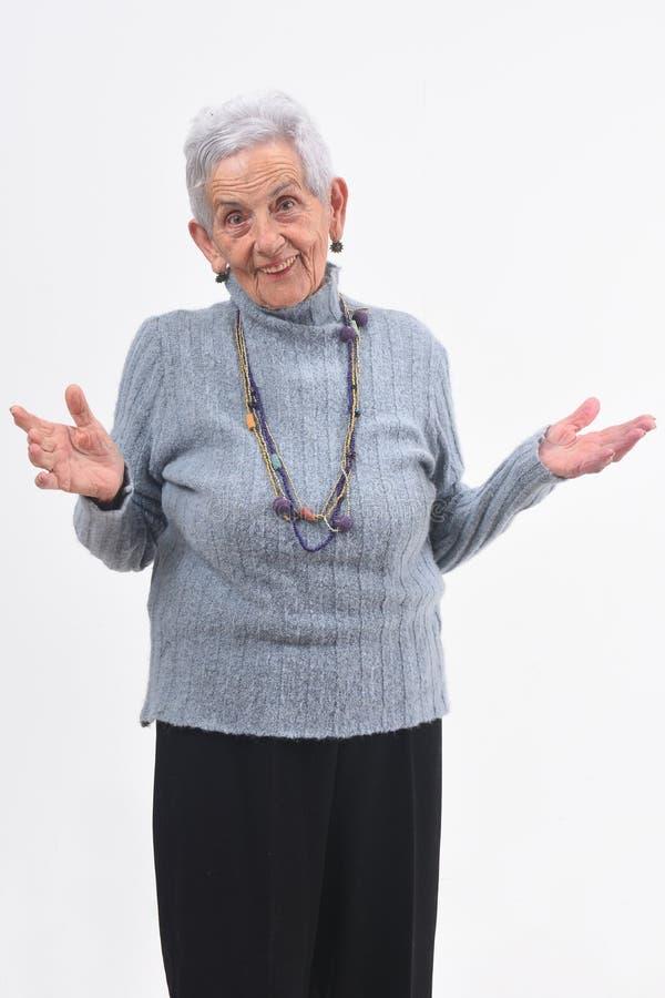 Starsza kobieta z otwartymi rękami na białym tle obraz royalty free