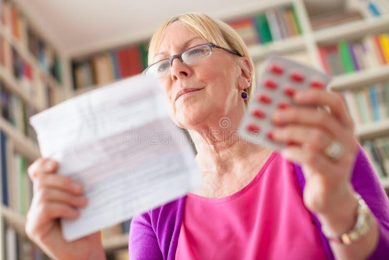 Starsza kobieta z pigułkami i receptą fotografia stock