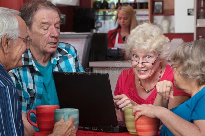 Starsza kobieta z przyjaciółmi i laptopem zdjęcia royalty free