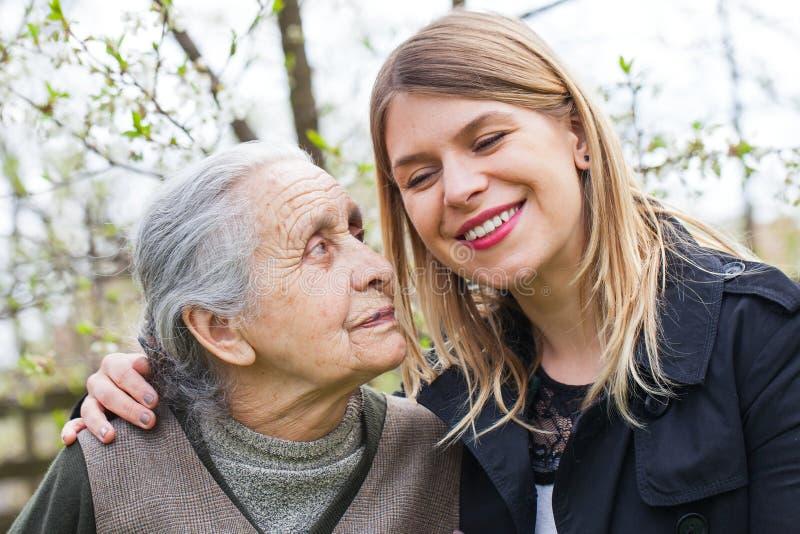 Starsza kobieta z rozochoconym opiekunem plenerowym, wiosna obrazy royalty free