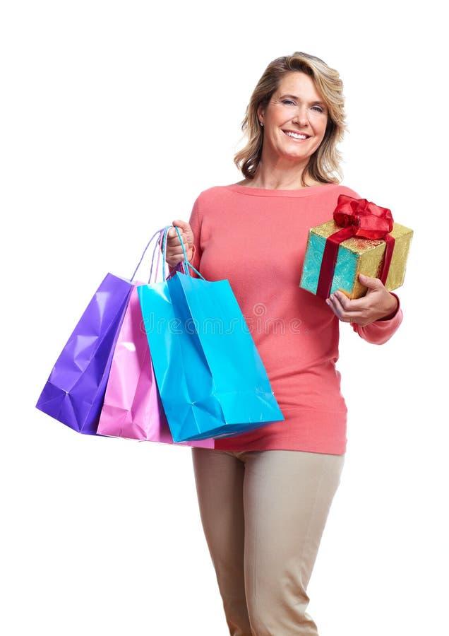 Starsza kobieta z torba na zakupy. obrazy royalty free