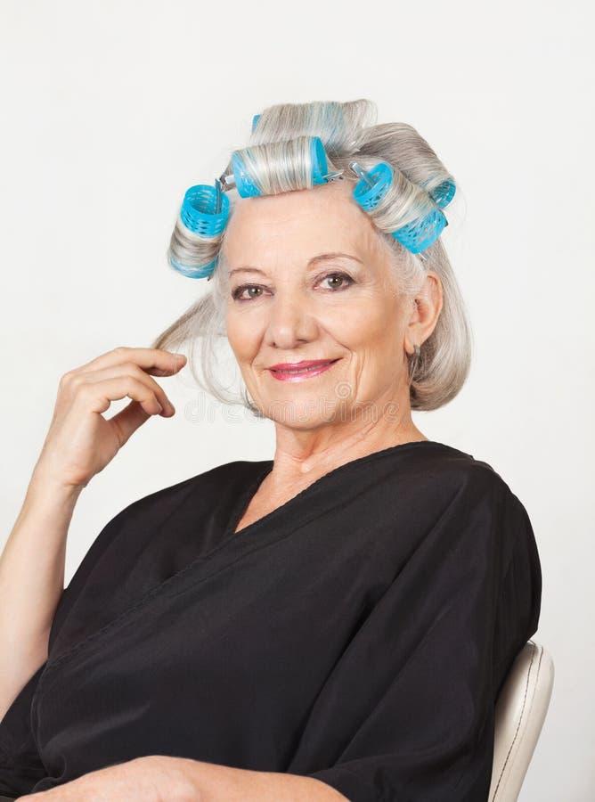 Starsza kobieta Z Włosianymi Curlers obraz stock