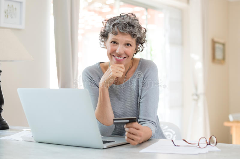 starsza kobieta zakupy przez internet fotografia royalty free