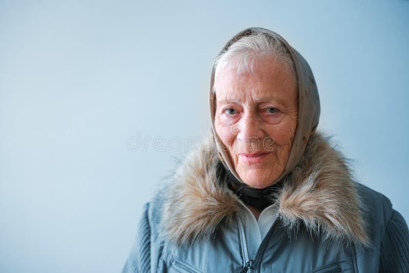 starsza kobieta zimy zdjęcia stock