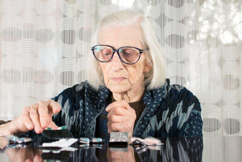 Starsza kobieta znajduje jej today terapię fotografia royalty free