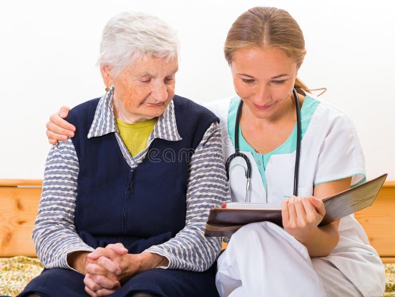 Starsza kobiety i potomstw lekarka fotografia royalty free