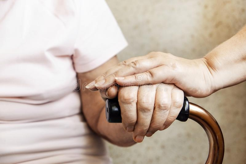 Starsza kobiety mienia kwadrata trzciny rękojeść w starszych osobach dba fecility fotografia royalty free
