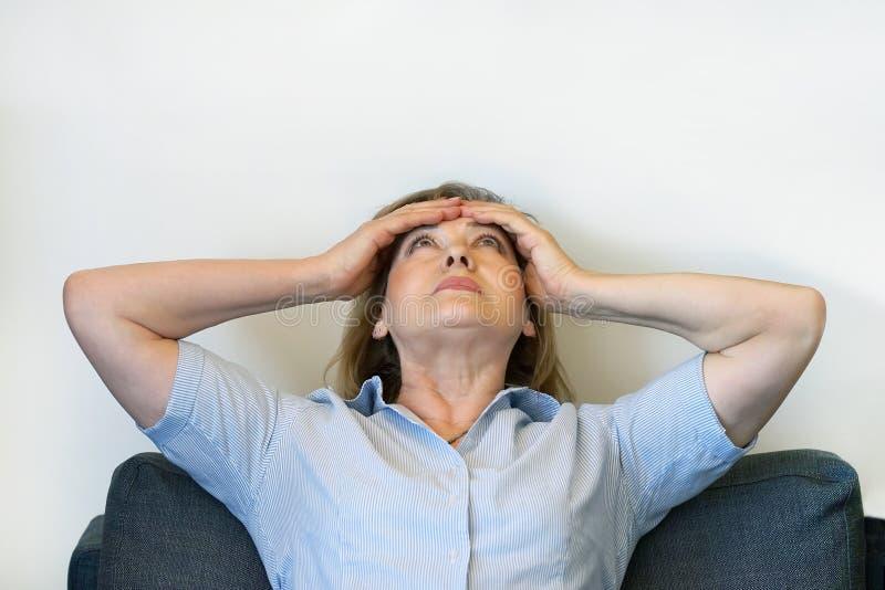 Starsza kobiety migrena Kobieta gniesie jej głowę obraz royalty free