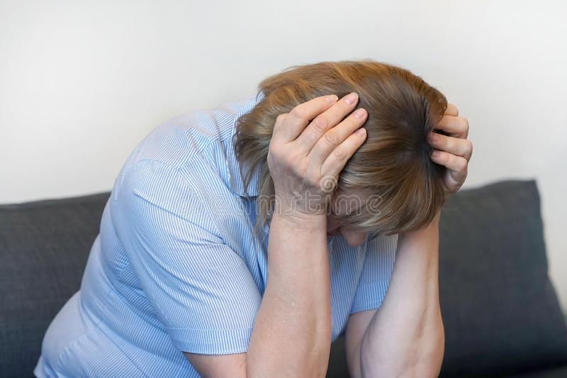 Starsza kobiety migrena Kobieta gniesie jej głowę zdjęcie royalty free