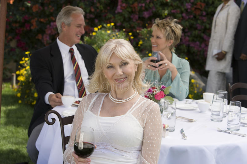 Starsza kobiety odświętność Z przyjaciółmi Przy przyjęciem fotografia stock
