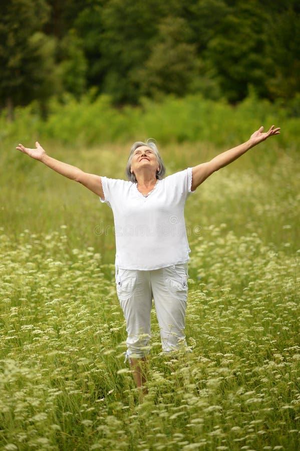 Starsza kobiety pozycja z otwartą ręką zdjęcia royalty free