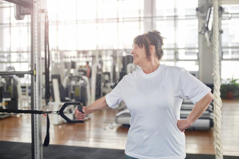 Starsza kobiety szkolenia ręka przy gym obrazy royalty free