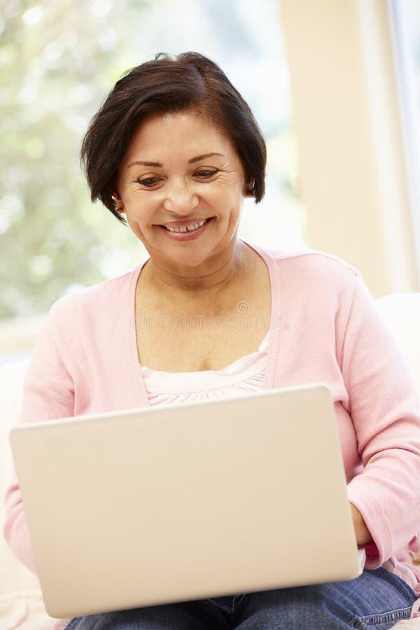 Starsza Latynoska kobieta z laptopem zdjęcia royalty free