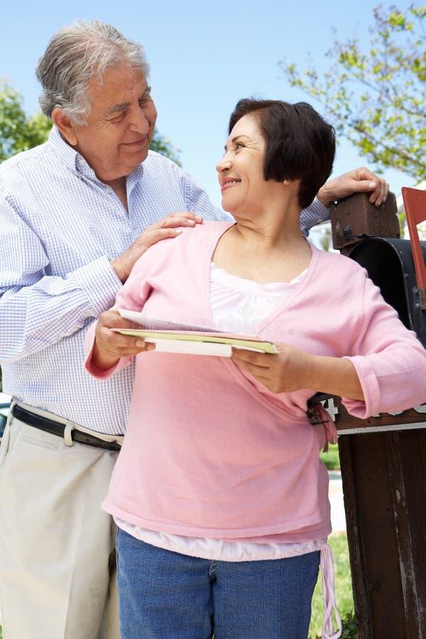 Starsza Latynoska para Sprawdza skrzynkę pocztowa zdjęcie royalty free