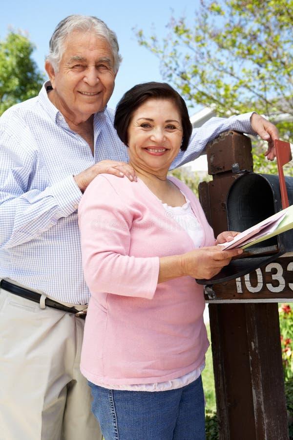 Starsza Latynoska para Sprawdza skrzynkę pocztowa fotografia royalty free