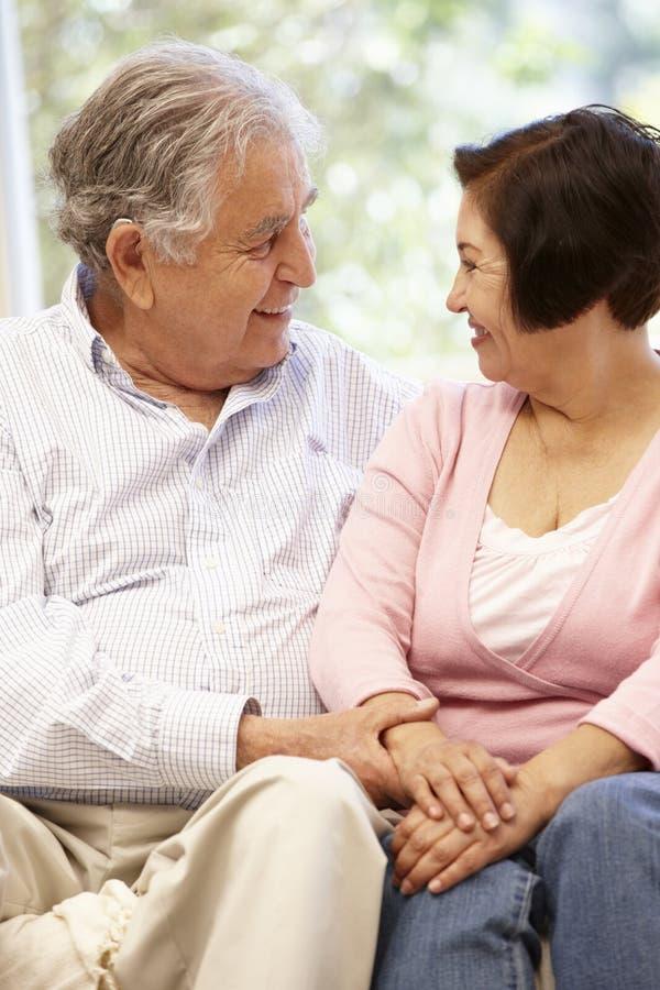 Starsza Latynoska para w domu zdjęcia royalty free