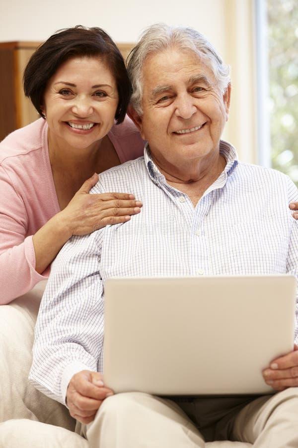 Starsza Latynoska para z laptopem obrazy royalty free