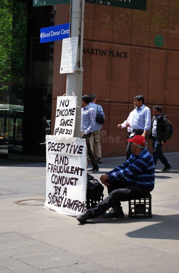 Starsza męska osoba protestuje przy Martin miejscem, Sydney zdjęcia stock