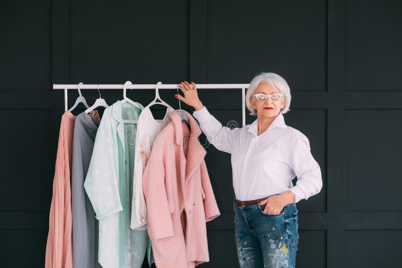 Starsza moda stylu zakupy doświadczenia dama zdjęcia royalty free