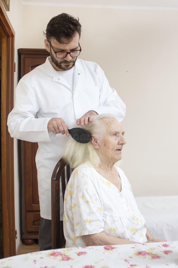 Starsza opieka Czeszący włosy i projektujący zdjęcia stock