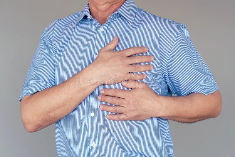 Starsza osoba mężczyzny klatki piersiowej ból fotografia stock