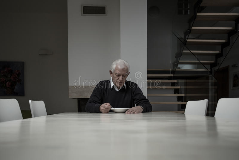 Starsza osoba mężczyzna łasowania gość restauracji zdjęcia stock