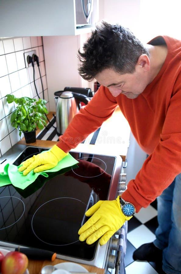 Starsza osoba mężczyzna cleaning kuchenka obraz stock