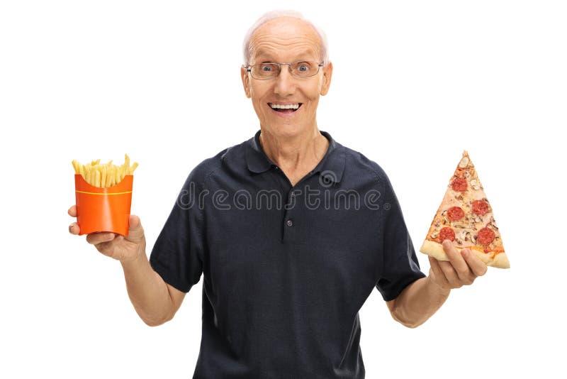 Starsza osoba mężczyzna mienia dłoniaki i pizza obraz royalty free