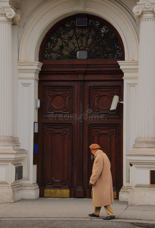 Starsza osoba mężczyzna odprowadzenie na zimnej miasto ulicie zdjęcie royalty free