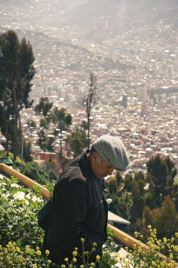 Starsza osoba mężczyzna odprowadzenie w podmiejskim miasto krajobrazie fotografia stock