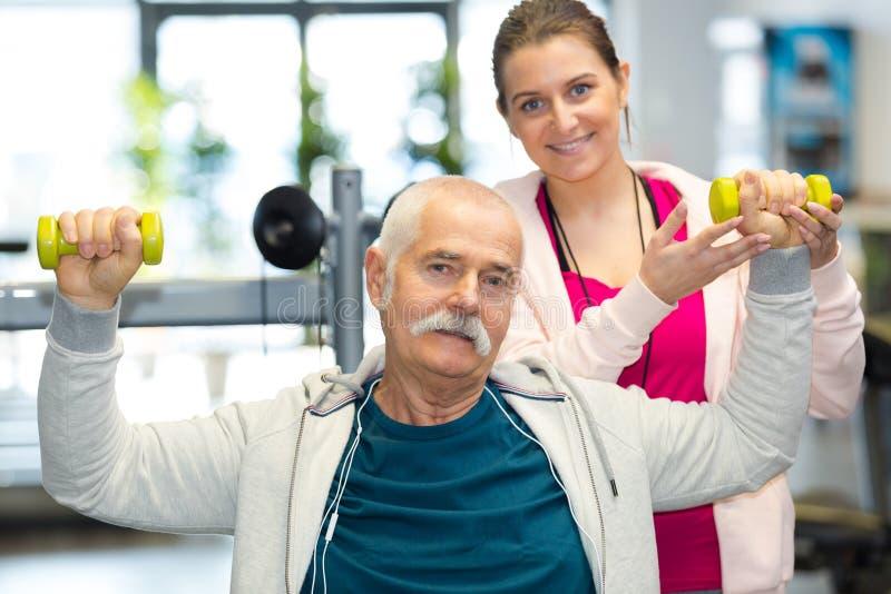 Starsza osoba mężczyzna podnośni dumbbells zdjęcie royalty free