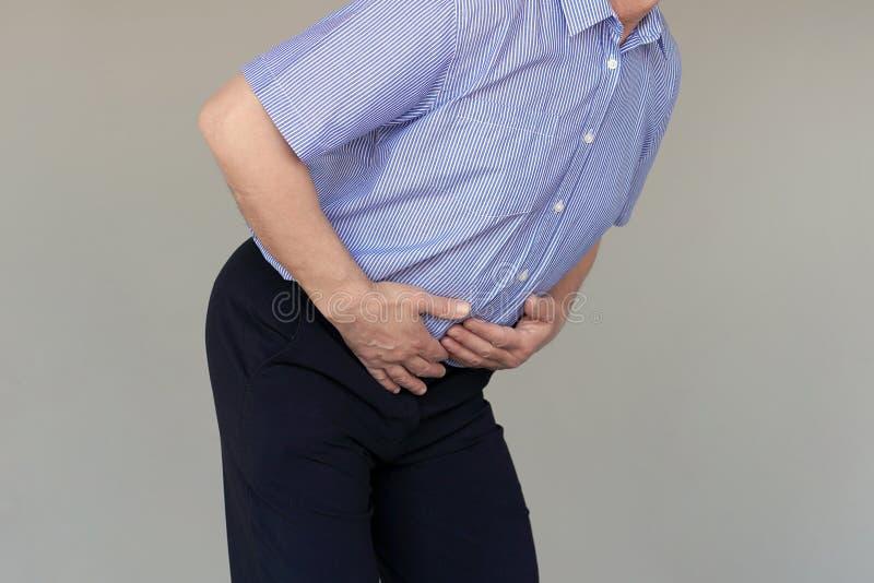 Starsza osoba mężczyzny cierpienie od brzusznego bólu zdjęcie stock
