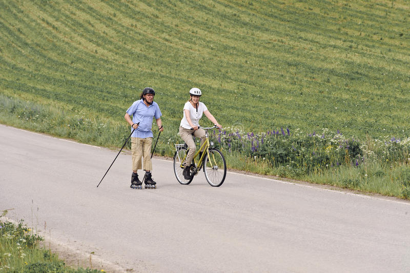 Starsza para ćwiczy outdoors obraz royalty free