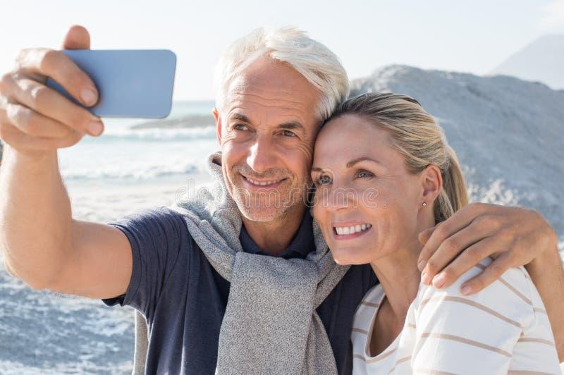 Starsza para bierze selfie obrazy stock
