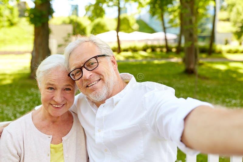 Starsza para bierze selfie przy lato parkiem obraz stock