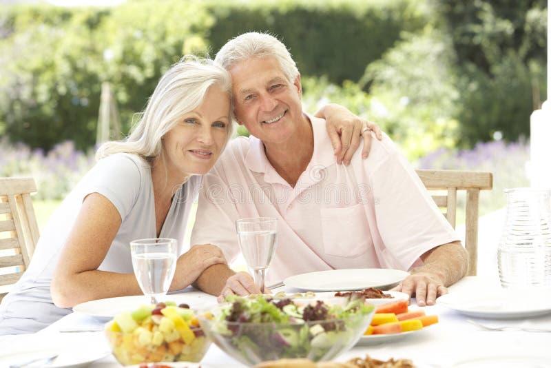 Starsza para cieszy się al fresku posiłek zdjęcia royalty free