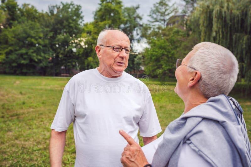 Starsza para cieszy się moment i opowiada wpólnie zdjęcie stock